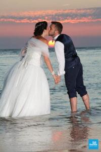 Photo de couple dans l'eau