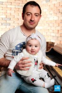 Bébé et son papa en shooting studio à Saintes