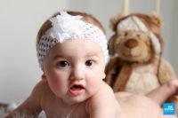 Portrait photo en studio bébé avec sa peluche