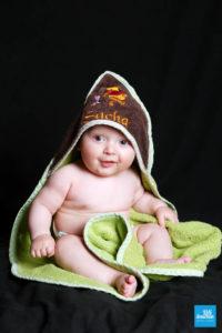 Photo studio d'un bébé dans un serviette