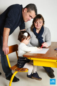 Photo de famille à la table d'écolier