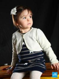 Portrait photo d'une enfant sur une table d'écolier