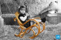Portrait d'une petite fille sur rocking chair