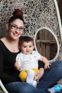 Une maman et son bébé en séance photo studio