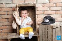Bébé dans une caisse en séance photo en studio