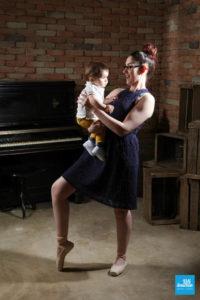 Shooting photo d'une maman danseuse et son bébé