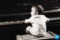 Photo d'un bébé jouant au piano lors d'un shooting studio