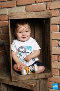 Photo d'enfant dans une caisse