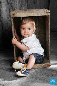 Photo d'un bébé dans une caisse au studio de Saintes