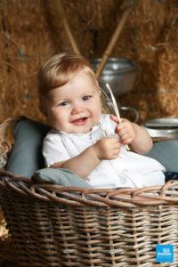 Bébé dans un panière lors d'une séance studio