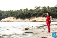 Shooting photo de grossesse en extérieur sur la plage de Meschers