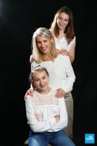 Shooting studio famille entre mère et filles