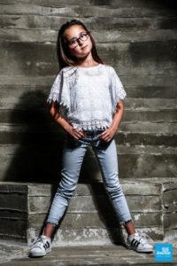 Séance photo de mode fillette, dans le décors béton