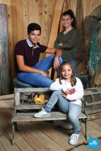 Portrait photo de frère et sœurs en shooting enfant à Saintes