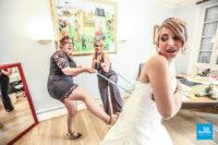 Habillage de la mariée par les demoiselles d'honneur, humour