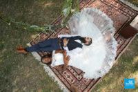 Photo de couple sur l'herbe