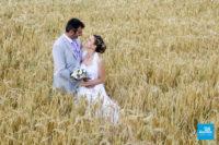 Photo de couple de mariage dans un champs