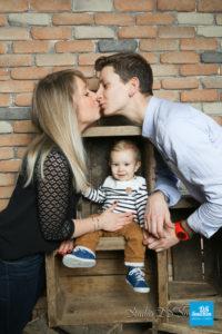 Photo de famille sur fond brique