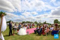 Reportage de mariage lors d'une cérémonie extérieure
