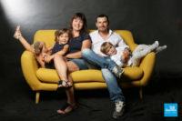 Shooting photo de famille sur fond noir