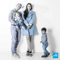 Shooting photo famille sur fond blanc thème jean