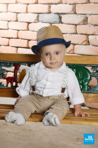 Photo studio d'un bébé sur un ban