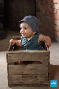 Shooting studio d'un bébé dans une caisse