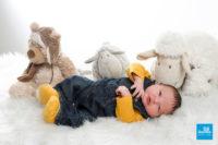 Shooting photo en studio d'un bébé et ses peluches