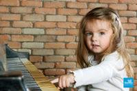 Shooting studio photo d'une enfant au piano