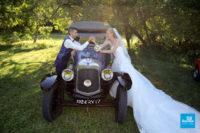 Photo de couple avec voiture ancienne