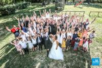 Photo de groupe et bisous en mariage