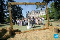 Photo de groupe d'un mariage devant un chateau