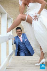Photo de mariage sur un carrelet au bord de mer
