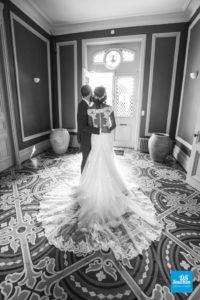 Photo de couple noir et blanc dans le château