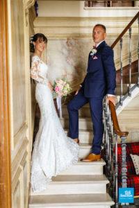 Photo de couple dans l'escalier
