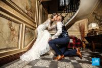 Photo de mariage, couple dans l'escalier