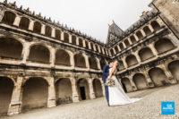Photo de mariage à La Rochefoucauld, couple dans la cour du château