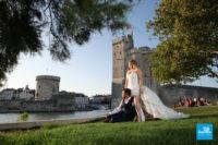 Photo de couple de mariage à côté des tours de La Rochelle