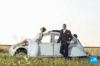 Photo de couple de mariage, champêtre et voiture ancienne