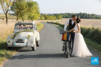 Photo champêtre d'un couple de mariés