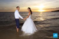 Photo de mariage dans l'eau au coucher du soleil