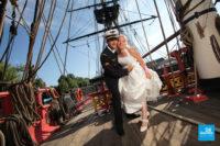 Photo de mariés sur l'Hermione à Rochefort