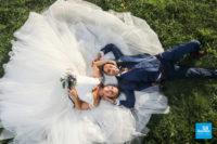 Photo de couple de mariage sur l'herbe