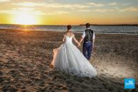 Photo de couple de mariés sur la plage au coucher de soleil, La Tremblade