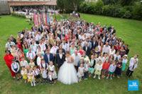 photo de groupe de mariage pendant le vin d'honneur