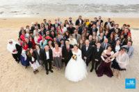 Photo de groupe de mariage sur la plage