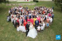 Photo de groupe d'un mariage en forme de coeur