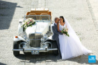 Photo de couple de mariage à Brouage avec une voiture ancienne