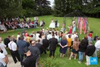 Photo de reportage de mariage lors d'une cérémonie extérieure