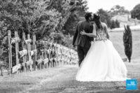 Photo noir et blanc champêtre de mariés.